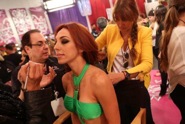 Muy concentrada Prissila y poniendo atención al tipo de maquillaje que l...