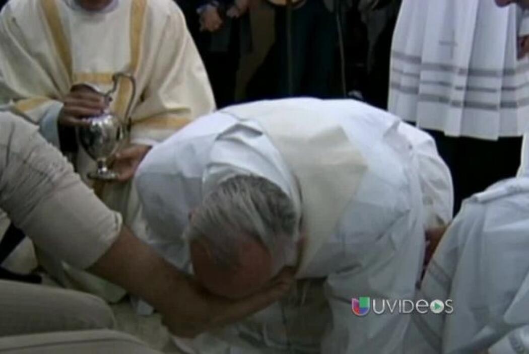 Como parte de las celebraciones de Semana Santa lavó y besó los pies de...