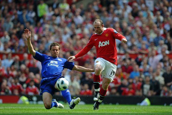 Y Rooney intentaba romper con la lídea de defensores pero no era posible.