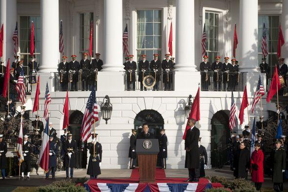 Obama y Hu asistieron en posición de firmes a la ejecución de los himnos...