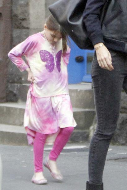 La pequeña salió vestida con unos leggings rosas combinados con un vesti...