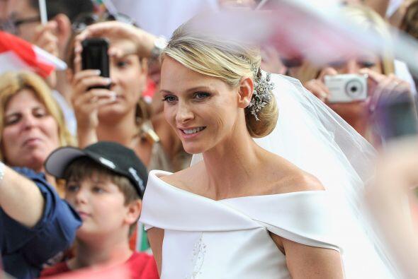 Charlene Wittstock lució una tiara floral puesta al revés...