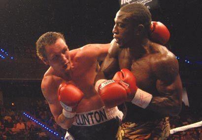 El invicto pesado ligero FIB, Tavoris Cloud, defendió su título ante el...