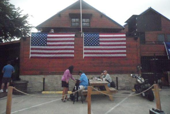 Un bar deportivo cerca del centro de la ciudad fue el punto de encuentro...