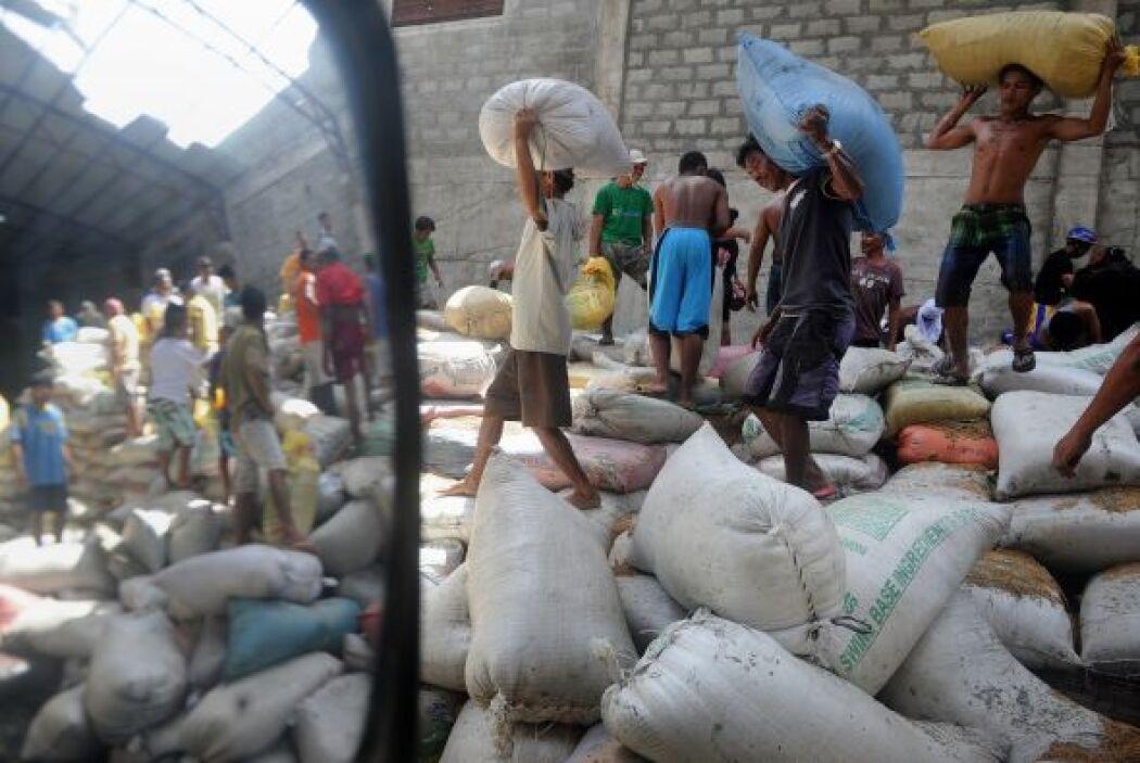 Algunos logran conseguir costales de arroz, pero dicen que no tienen agu...