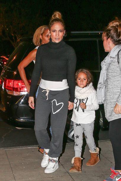 La famosa y sus pequeños optaron por ropa deportiva para esta salida.