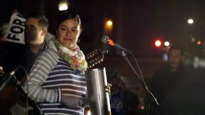 Activistas proinmigrantes protestan cantando en Los Ángeles