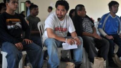 Las mujeres y hombres de origen centroamericano que cruzan con niños est...