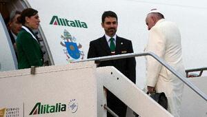 El papa Francisco sube a un avión en el aeropuerto romano de Fiumicino p...
