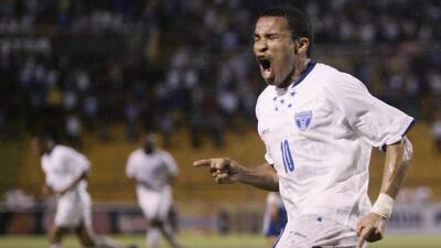 Julio César de León celebra un gol con Honduras