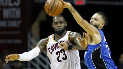 LeBron James y Evan Fournier pelean por el balón.