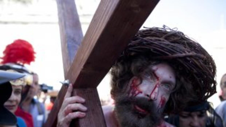 Un hombre interpretando a Jesucristo recorre las calles de Jerulaén con...
