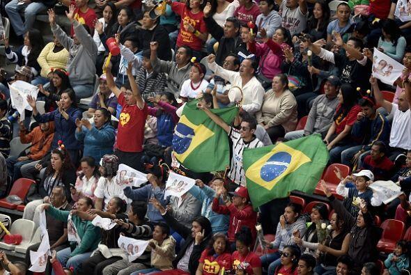 Algunos de los asistentes portaban banderas de otros países como las de...