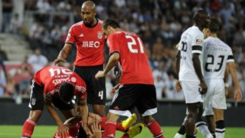 Cardozo anotó para el triunfo del Benfica, pero en la misma jugada se le...