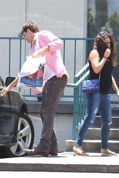 La feliz pareja está a la espera de su bebito y el guapo actor no escati...