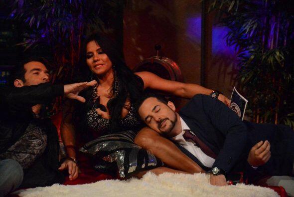 Carlos se siente muy cómodo con Maripily y se acomoda entre sus piernas
