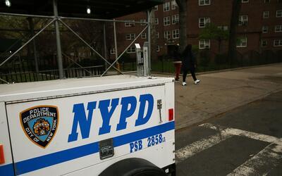 Un día después de la redada, permanecía la policía en el lugar.