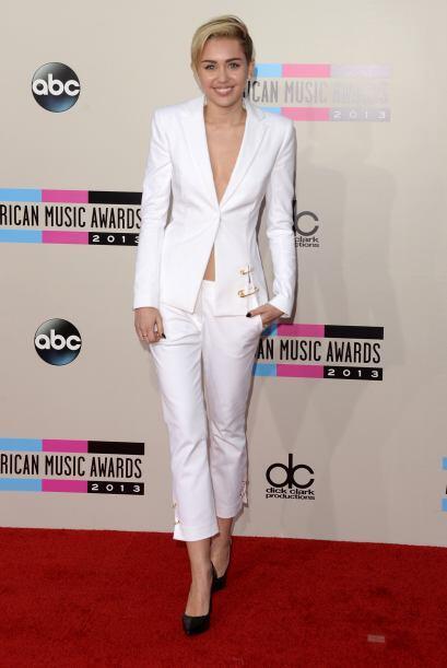 Porta un 'blazer' al estilo de Miley Cirus para enfatizar tu figura.