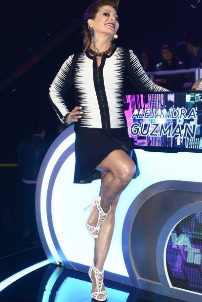 Una minifalda negra, top blanco y negro y unos tacones blancos, fue lo q...