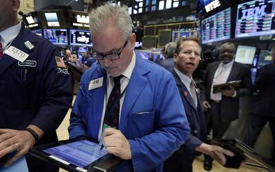 El operador Brian Bears trabaja en la Bolsa de Valores de Nueva York el...