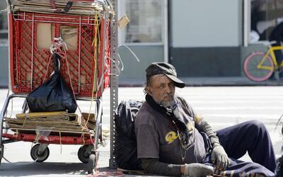 Voluntarios recorren las calles de Los Ángeles para determinar el número...