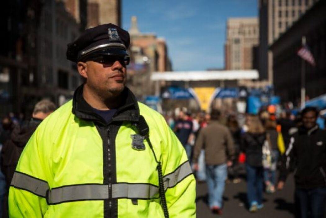 Al duplicar el número de agentes policiacos y otras fuerzas de seguridad.