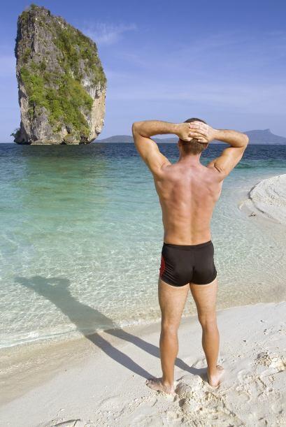 El soltero puede destinar sus ingresos a comprar ropa costosa, viajar, v...