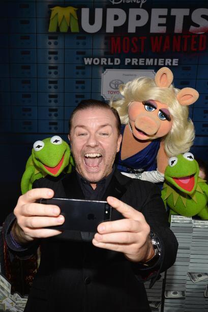 """Ricky Gervais se toma una """"selfie"""" con los Muppets. Mira aquí los videos..."""