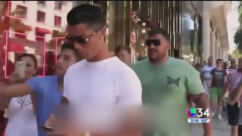 Captan a Cristiano Ronaldo empujando a un fanático en Beverly Hills