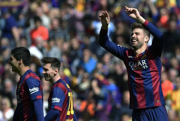 Gerard Piqué se encontró con el balón luego de que pegara en el travesañ...