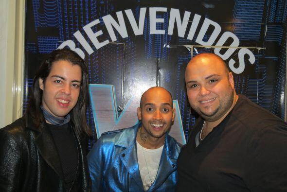 José junto a sus compatriotas Raúl y Ricardo a la entrada...