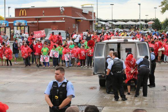 Muchos de los trabajadores de las cadenas de comida rápida cobran...