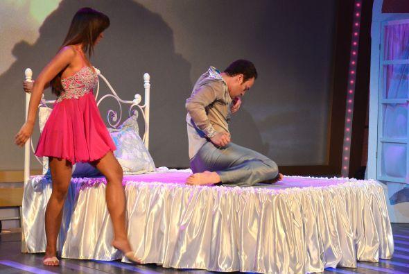 Valerie Hernández en la cama. ¡Obvio, mostrando sus habilidades!