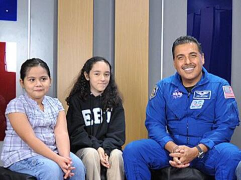 Univision.com invitó a un grupo de niñitas a que entrevistaran al astron...