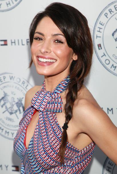 La actriz y modelo Sarah Shahi también logró resplandecer con este clási...