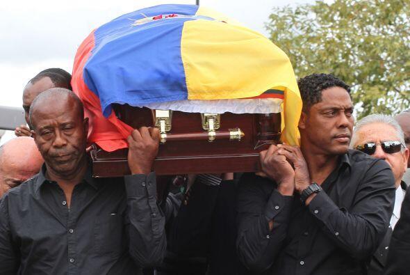 El padre de Benítez y su suegro, Cléver Chalá cargan el féretro.