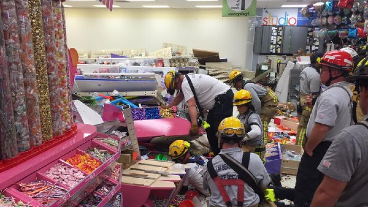 Tres heridos tras colapso de estante en Party City