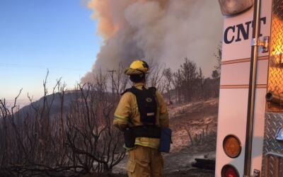 Bomberos del condado de Santa Clara combaten el avance del incendio fore...