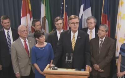 Vicegobernador de Texas realizó una rueda de prensa para convocar a una...