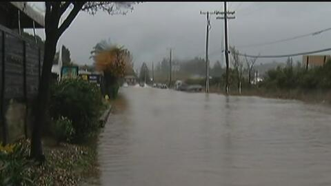 Inundaciones y derrumbes, el saldo de fuerte tormenta en el sur de Calif...