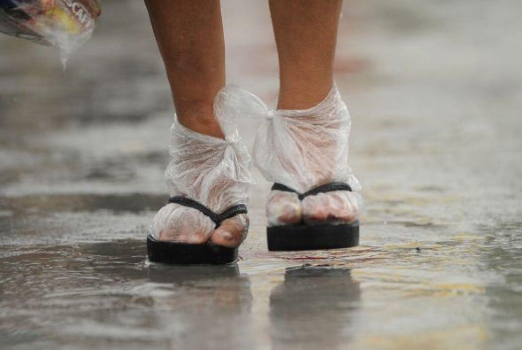 Y en el mismo marco, otra mujer utiliza bolsas plásticas como calcetines...