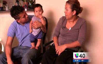 Una mujer y su familia buscan ayuda tras ser víctima de un asalto a mano...
