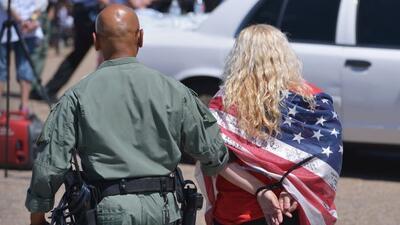 Tras la suspensión del juez texano, oficiales de ICE estarían arrestando...