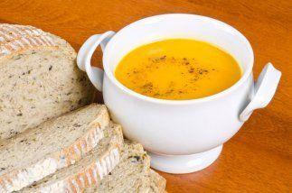 Añade las zanahorias y el caldo de pollo y haz que la mezcla hierva. Dis...