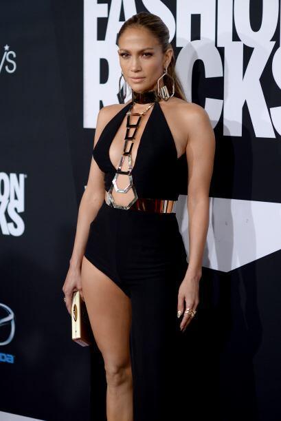 Escote atrevido y enseñar pierna, todo en un mismo vestido de Versace.