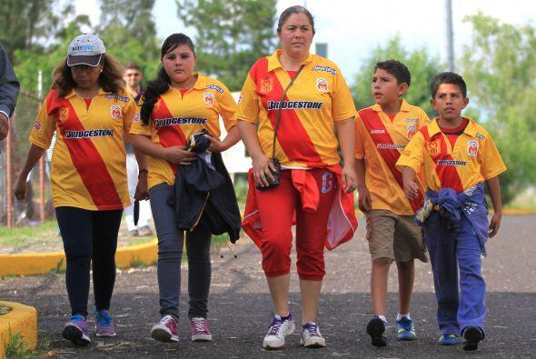 ¡Venga! La familia completa camino al estadio Morelos para ver a sus Mon...