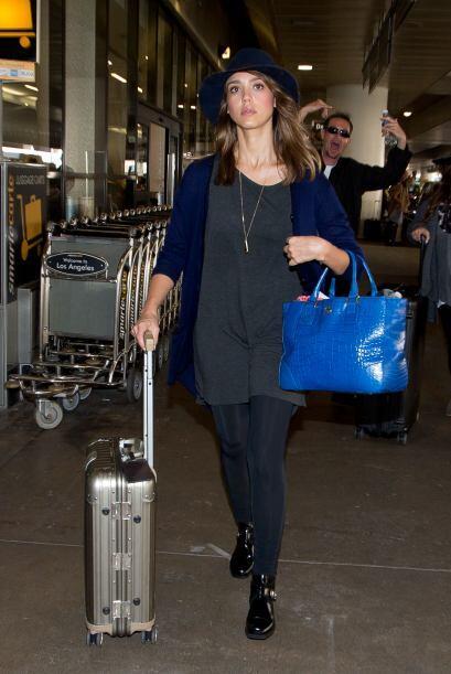 Jessica Alba en el aeropuerto... ¡pero lo divertido es la expresi&...