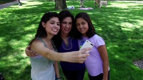 A la izquierda, Larissa Martínez, su madre Deyanira y su hermana pequeña.