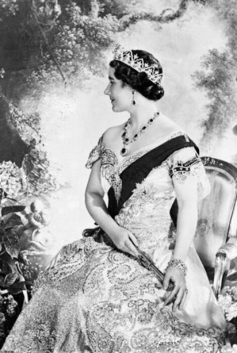 1952- Tras la muerte del rey Jorge VI, padre de Isabel, ella fue proclam...