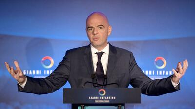 El candidato a la presidencia de la FIFA Gianni Infantino ofrece una con...